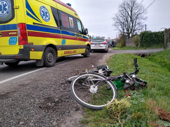 [FOTO] Niebezpiecznie pod Kutnem. Rowerzysta potrącony przez osobówkę - Zdjęcie główne