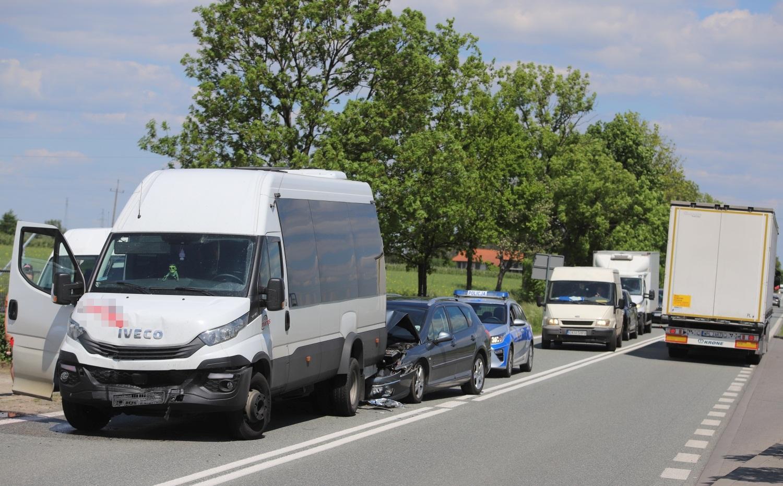 [ZDJĘCIA] Kraksa z udziałem trzech aut na DK 60 pod Kutnem. Duże utrudnienia w ruchu - Zdjęcie główne