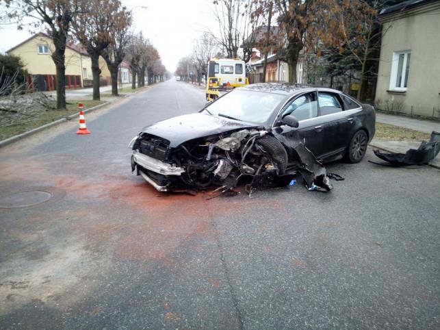 [ZDJĘCIA] Niebezpiecznie na 29-go Listopada. Audi uderzyło w drzewo - Zdjęcie główne