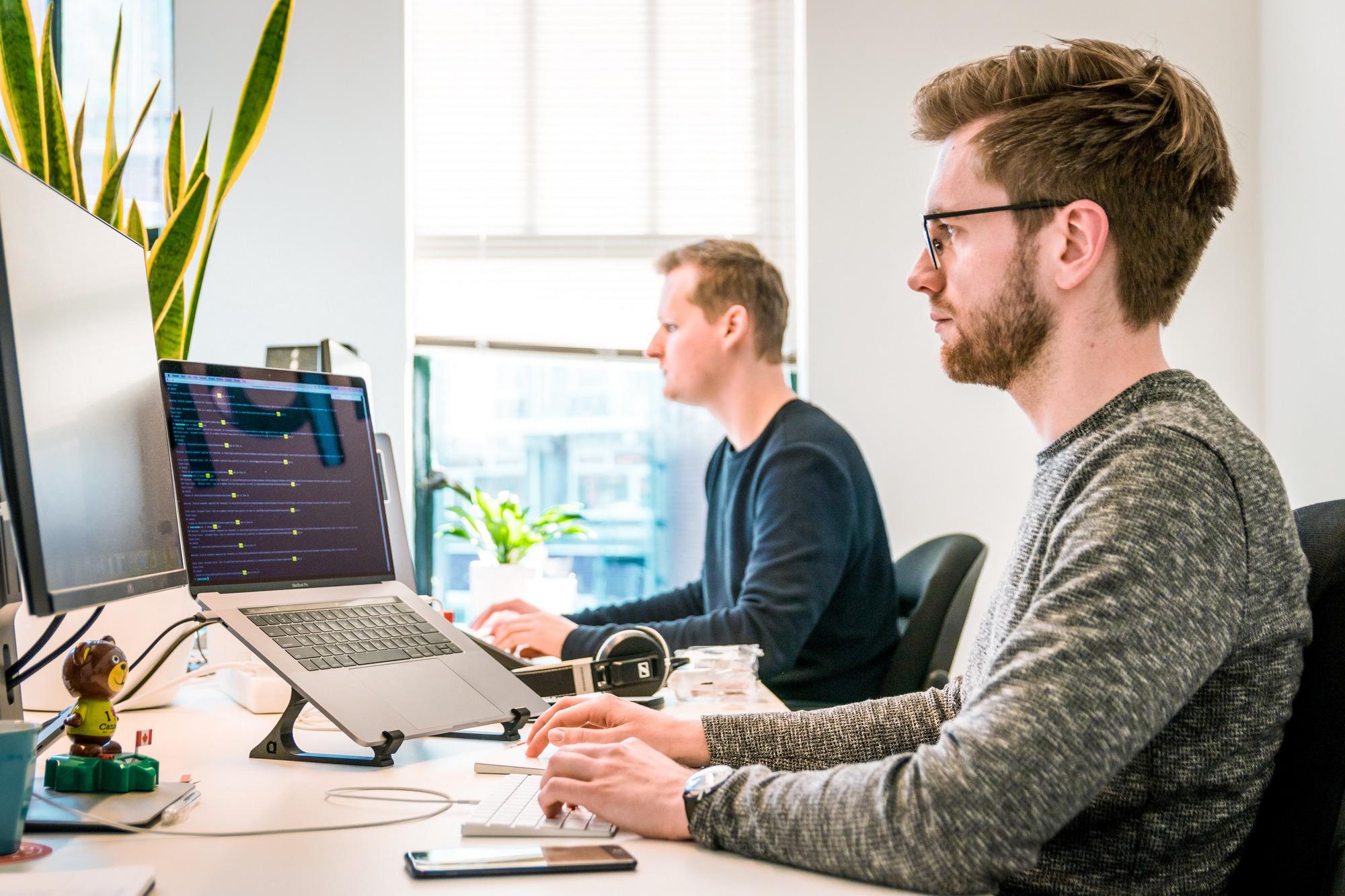 Kiedy warto zatrudnić konsultanta IT? - Zdjęcie główne