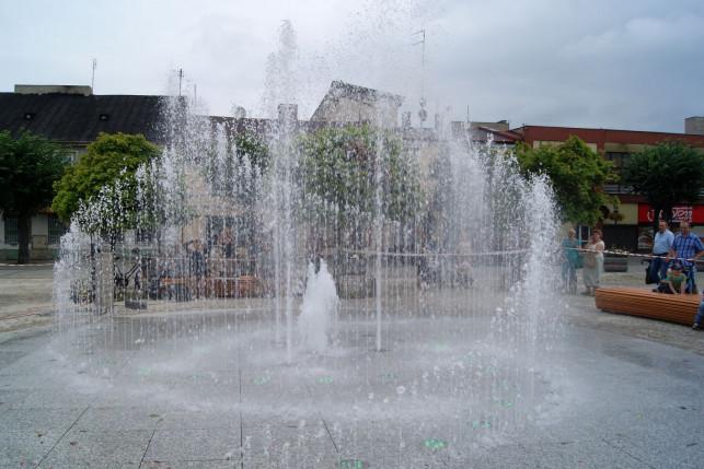 Pracowali nad ulepszaniem i konserwacją nowej fontanny - Zdjęcie główne