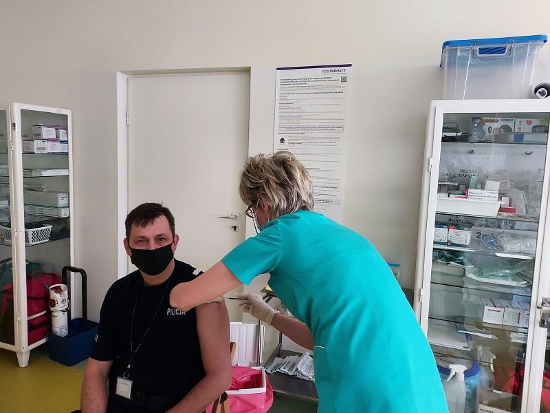 [ZDJĘCIA] Kutnowcy policjanci szczepią się przeciwko COViD-19 - Zdjęcie główne