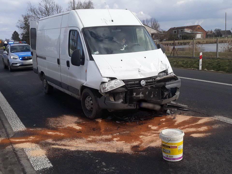 [FOTO] Uderzył dostawczakiem w ciężarówkę. Akcja służb pod Kutnem - Zdjęcie główne
