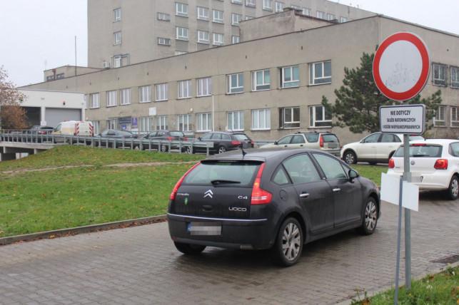 Koniec kolejek aut pod szpitalem? W Kutnie powstanie nowy punkt pobrań wymazów na SARS-CoV-2 - Zdjęcie główne