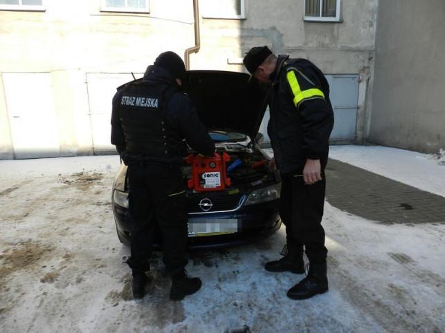 Straż miejska na pomoc bezradnym kierowcom - Zdjęcie główne