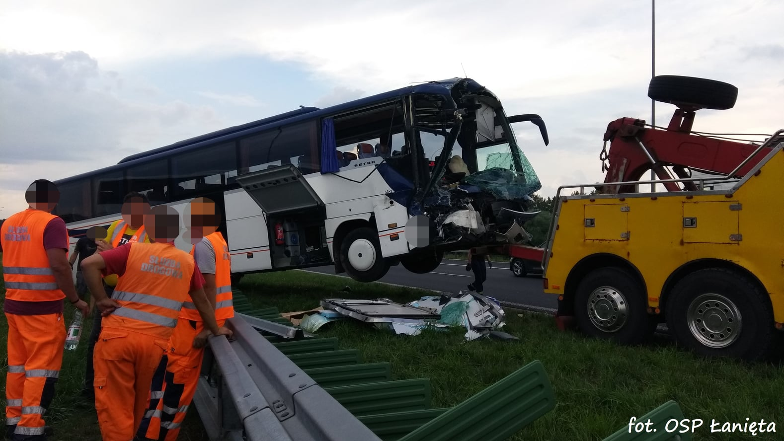 [ZDJĘCIA] Roztrzaskany autokar, rannych kilkanaście osób: w jakim są stanie? Mamy komentarz policji - Zdjęcie główne