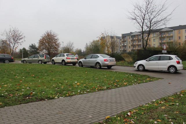 [ZDJĘCIA] Duża kolejka samochodów przed szpitalem. Chodzi o testy na COVID-19 - Zdjęcie główne