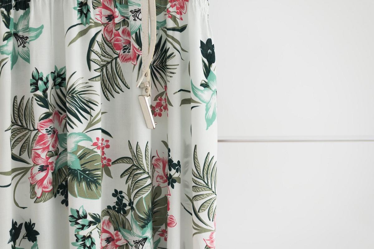 Dekoracyjne tapety ścienne zawierające motywy roślinno-kwiatowe i w pasy - do jakich wnętrz się sprawdzą? - Zdjęcie główne
