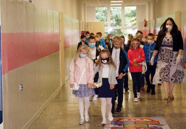 [FOTO] Pandemia nie zatrzymała ich w domach. Do kutnowskich podstawówek poszło dziś ponad 3 tys. dzieci - Zdjęcie główne