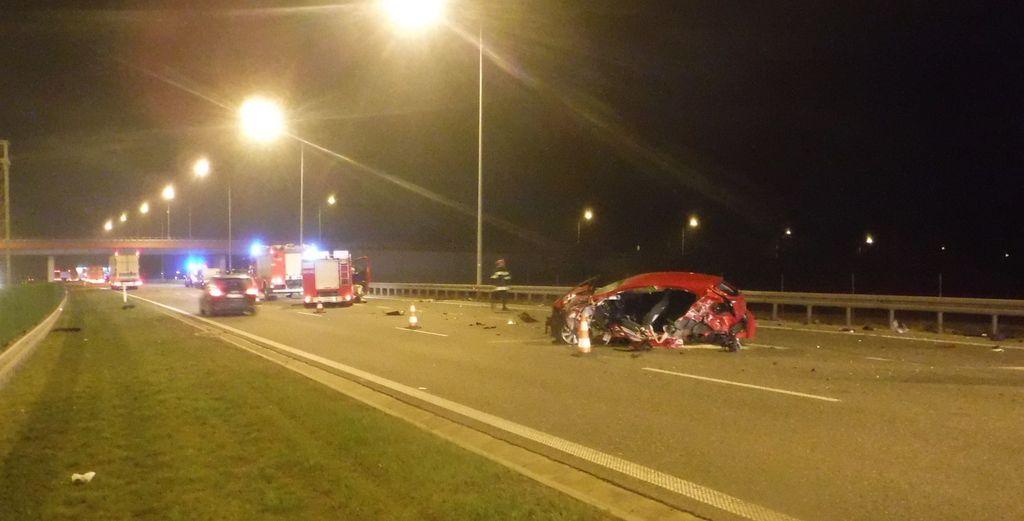 [ZDJĘCIA] Kobieta wypadła z samochodu. Wypadek z udziałem trzech aut na autostradzie - Zdjęcie główne