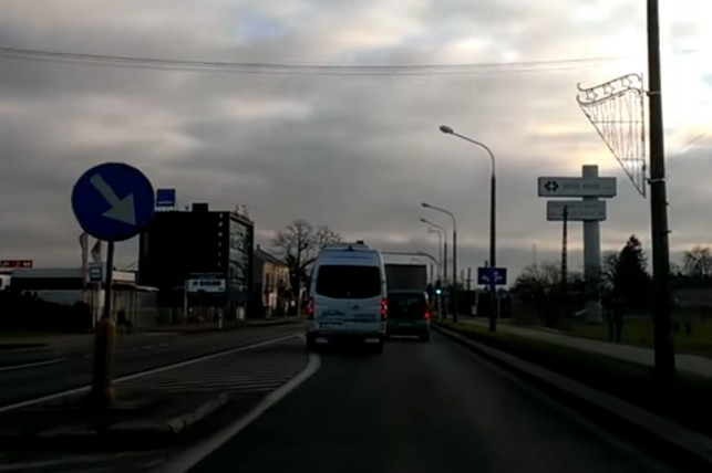 [AKTUALIZACJA, WIDEO] Bus kutnowskiej firmy: jeden manewr i kilkanaście punktów karnych - Zdjęcie główne