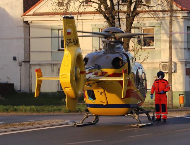[ZDJĘCIA] Śmigłowiec pogotowia w centrum Krośniewic. Zabrał 3-letnie dziecko - Zdjęcie główne