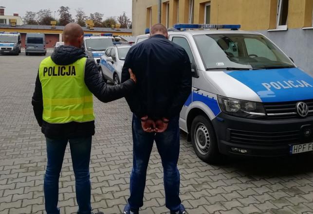 [FOTO] Staruszka nie dała się nabrać. Oszust udawał policjanta, wpadł w ręce prawdziwych mundurowych - Zdjęcie główne