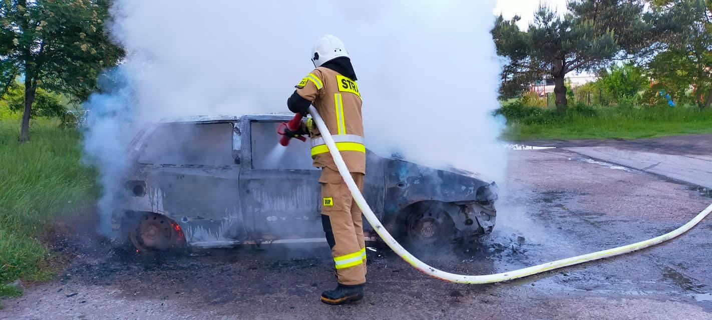 Pożar w Krośniewicach, ogień strawił osobówkę [FOTO] - Zdjęcie główne