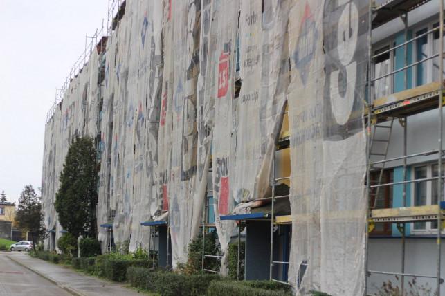 Renowacja bloków bulwersuje mieszkańców - rusztowania stoją, a robotników brak - Zdjęcie główne