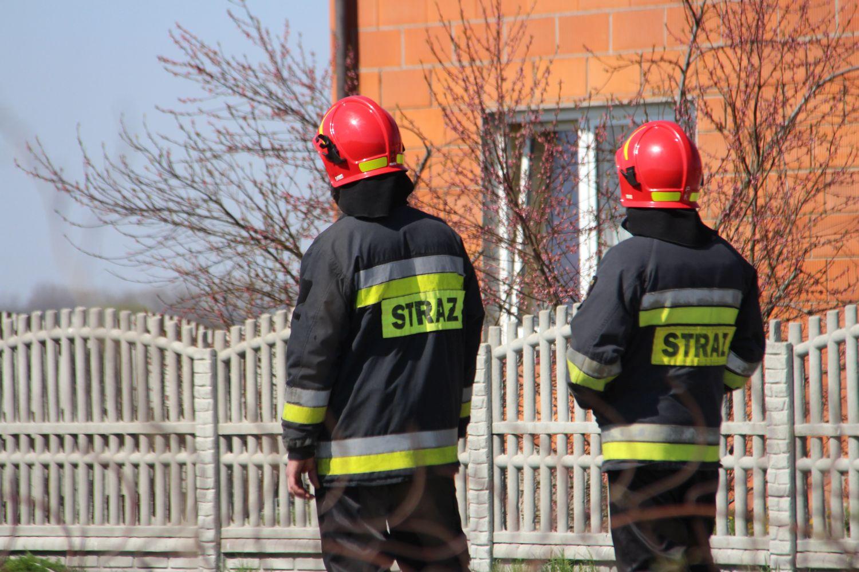 """Ubrani w strażackie mundury chcieli wejść do mieszkania chorego mężczyzny. """"Nie prowadzimy takich kontroli"""" - Zdjęcie główne"""