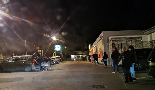 [WIDEO] Tego jeszcze w Kutnie nie było! Ogromne kolejki pod sklepami... w nocy - Zdjęcie główne