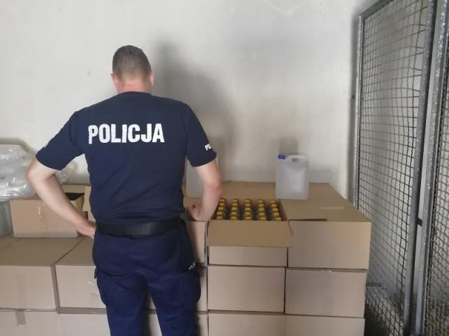 [ZDJĘCIA] Trzymał w domu ponad 1000 litrów lewego alkoholu! To mężczyzna dobrze znany kutnowskiej policji - Zdjęcie główne