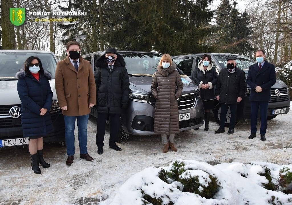 [ZDJĘCIA] Już są! Powiat przekazał specjalne auta dla DPS-ów - Zdjęcie główne