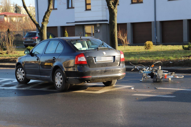 [FOTO] Samochód potrącił rowerzystę. Mężczyzna trafił do szpitala - Zdjęcie główne