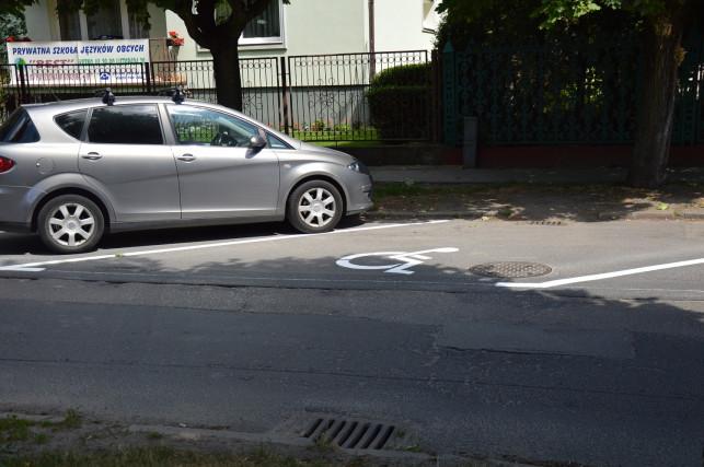 Wyznaczono miejsca parkingowe na Dąbrowskiego - Zdjęcie główne