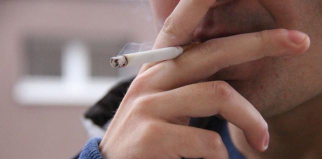 Jesz, pijesz lub palisz na ulicy? Możesz dostać mandat - Zdjęcie główne