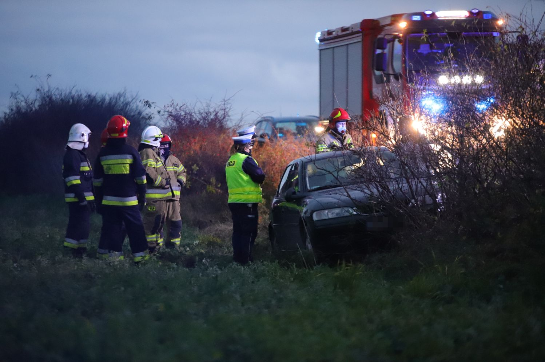 [FOTO] Służby w akcji. Kierowca osobówki wypadł z drogi - Zdjęcie główne