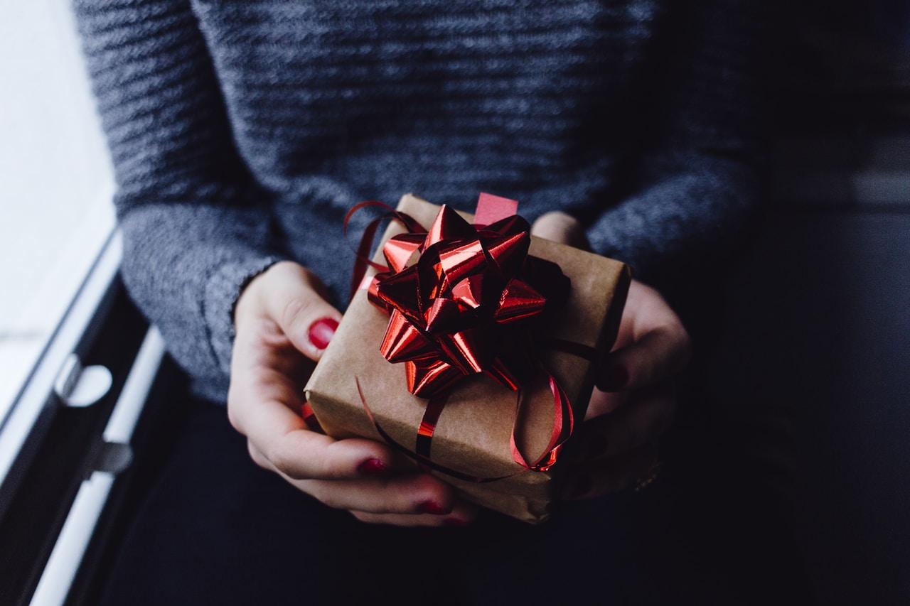 Gadżet na prezent - kiedy warto go wybrać i na jakie okazje będzie najlepszy? - Zdjęcie główne