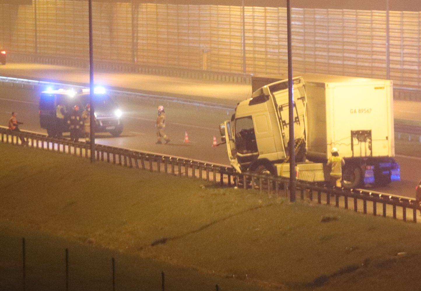 [ZDJĘCIA] Na autostradzie rozbiła się ciężarówka. Trwa akcja służb z powiatu kutnowskiego - Zdjęcie główne
