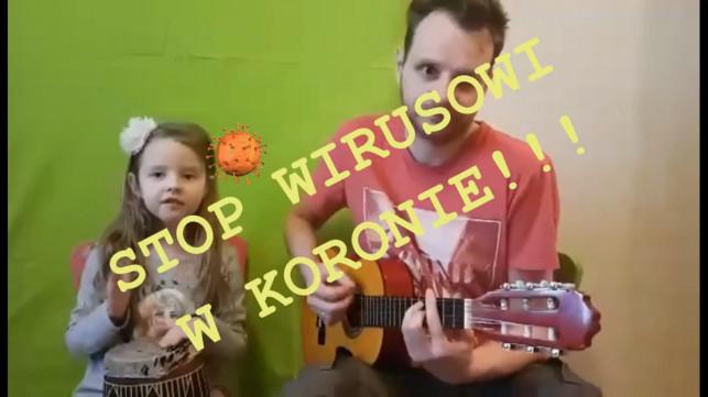 [WIDEO] Z koronawirusem walczą śpiewająco! Nagranie z naszego regionu hitem internetu - Zdjęcie główne