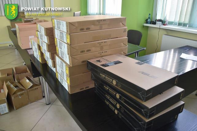 [ZDJĘCIA] Powiat pozyskał sprzęt komputerowy dla szkół - Zdjęcie główne