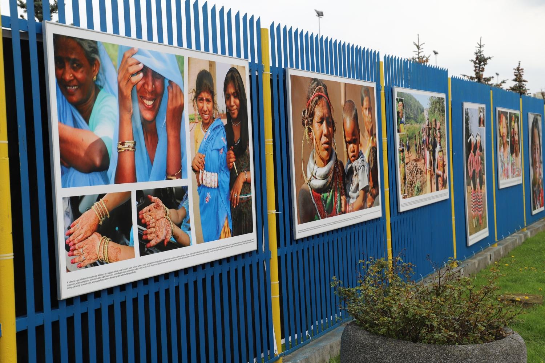 Parkan stadionu obwieszony fotografiami kobiet z całego świata. O co chodzi? - Zdjęcie główne