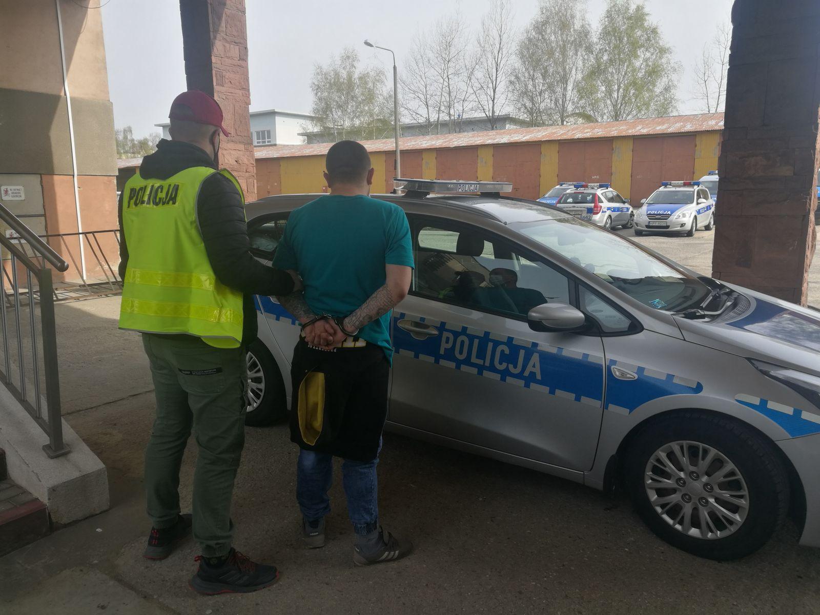 Napadał na sklepy i… rozpijał niepełnoletnią osobę. Przed policją ukrywał się w powiecie kutnowskim [ZDJĘCIA] - Zdjęcie główne