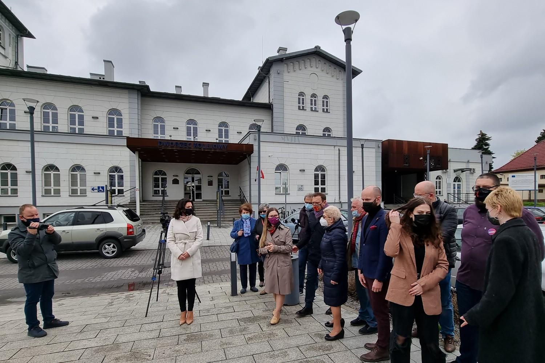 """Lewica świętuje pod pomnikiem przy dworcu w Kutnie. """"Stoimy po stronie pracownika"""" [ZDJĘCIA] - Zdjęcie główne"""
