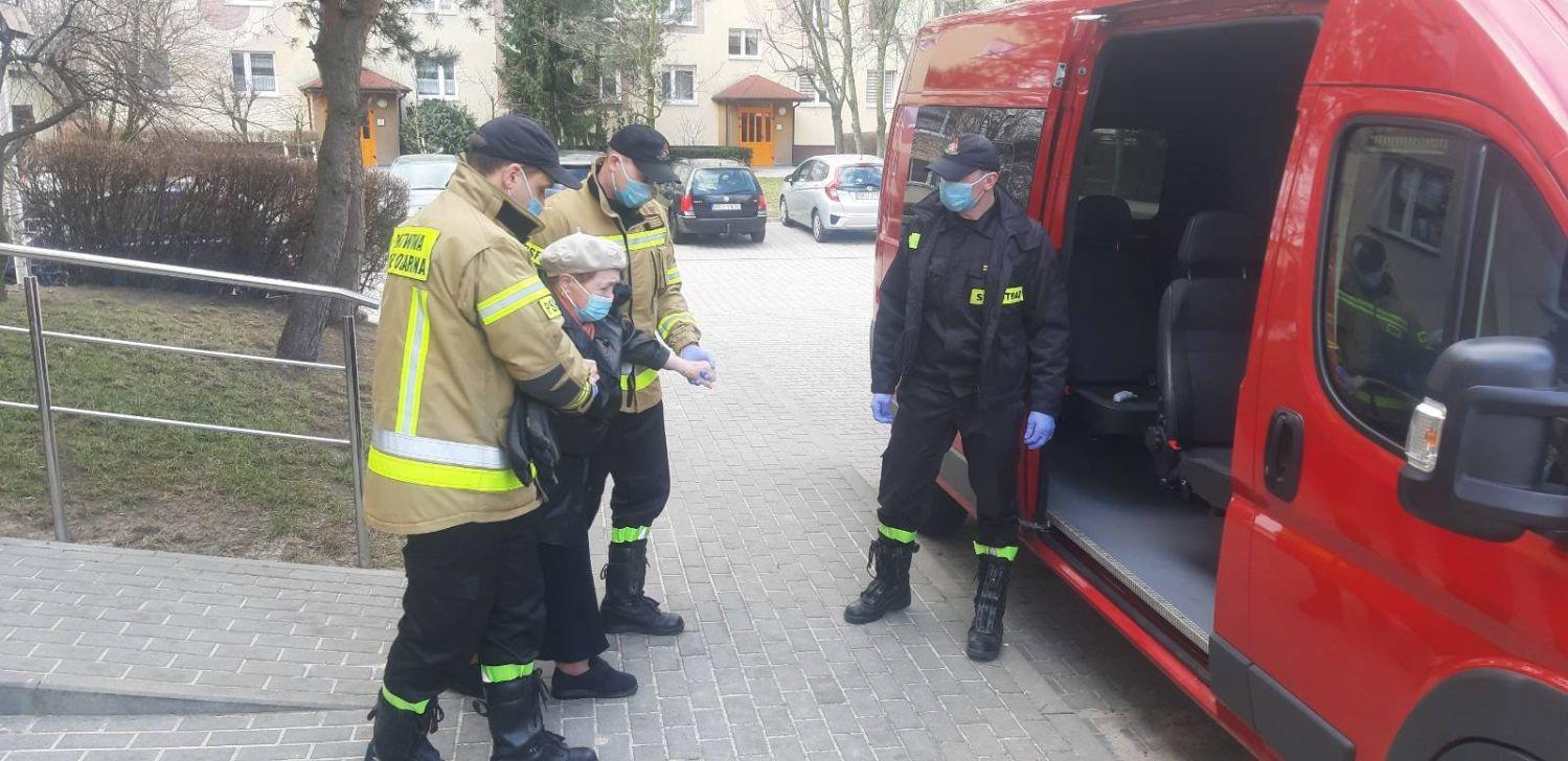 [ZDJĘCIA] Trwają szczepienia przeciw COVID-19. Kutnowscy strażacy oferują swoją pomoc - Zdjęcie główne