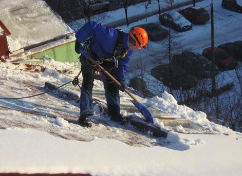 """Kutnowscy strażacy apelują do mieszkańców: """"Śnieg zalegający na dachu może być przyczyną tragedii"""" - Zdjęcie główne"""