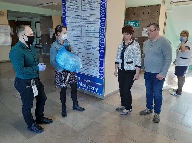 [ZDJĘCIA] Kutnianie wspierają szpital! Przekazali ponad 300 maseczek i przyłbice ochronne - Zdjęcie główne