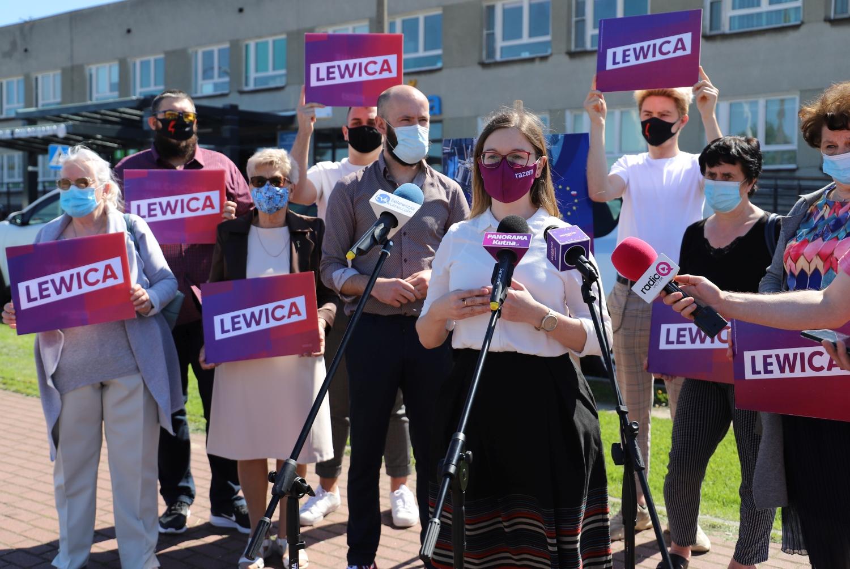 [ZDJĘCIA] Lewica triumfuje pod kutnowskim szpitalem. Mówili o Krajowym Funduszu Odbudowy  - Zdjęcie główne