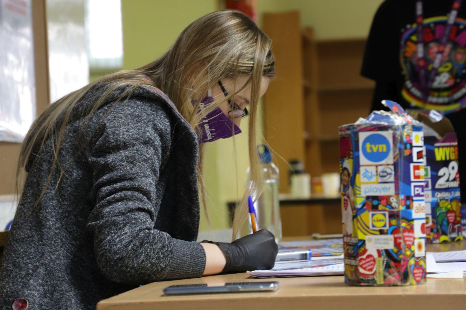 """Wolontariusze WOŚP zakończyli liczenie pieniędzy. """"Zebraliśmy piękną sumę"""" - Zdjęcie główne"""