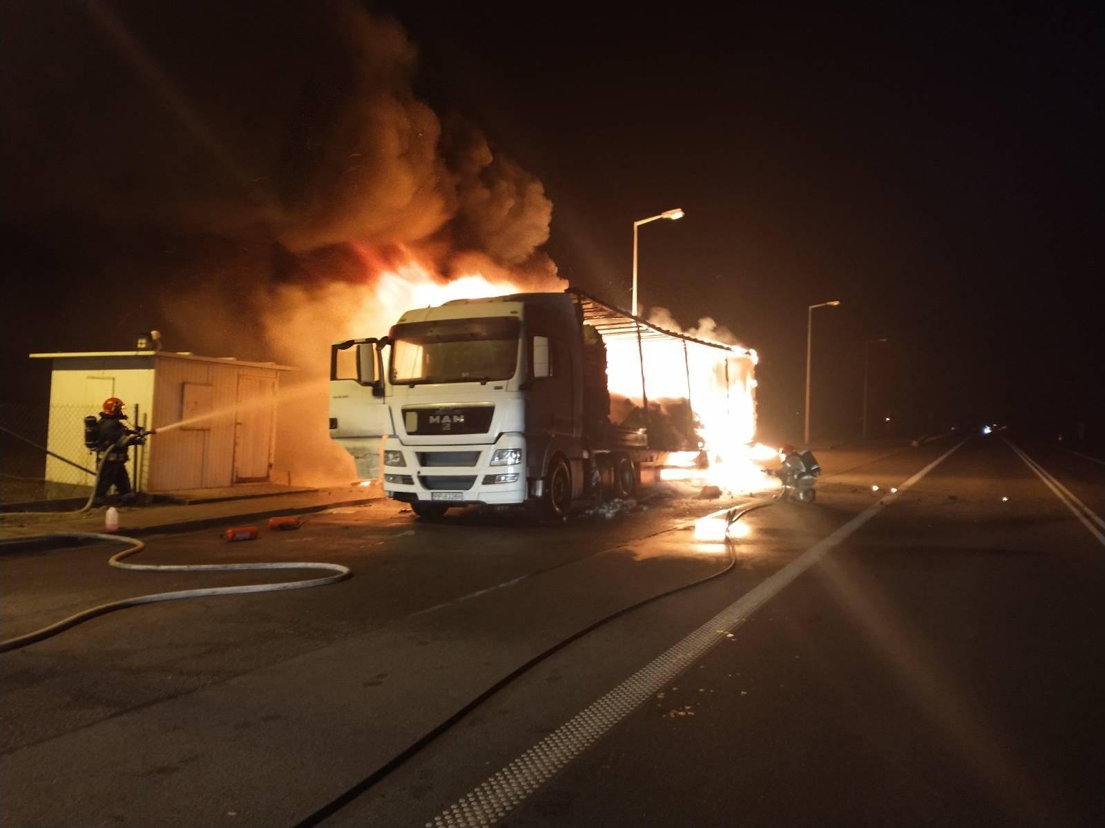 [ZDJĘCIA] Ciężarówka w ogniu. Nocna akcja straży - Zdjęcie główne