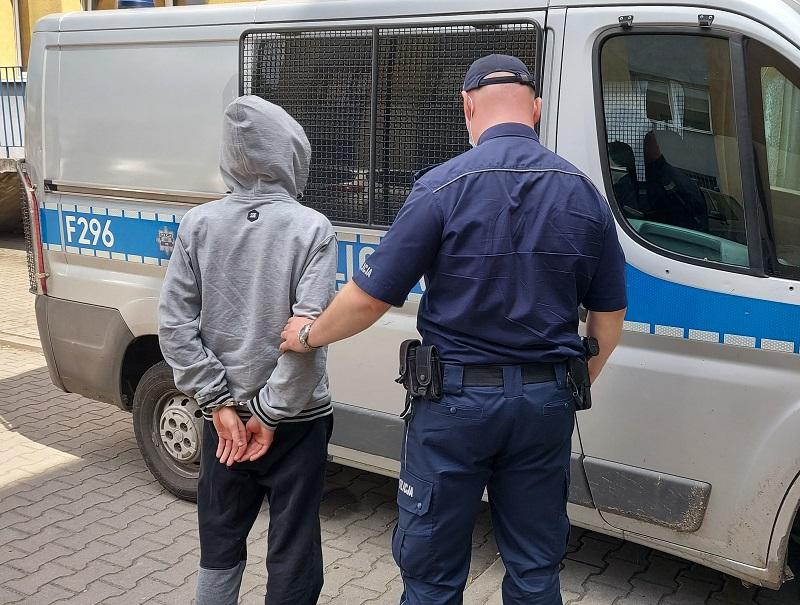 Kontrola drogowa zakończona aresztem. Młody mężczyzna ukrył narkotyki w bieliźnie  - Zdjęcie główne