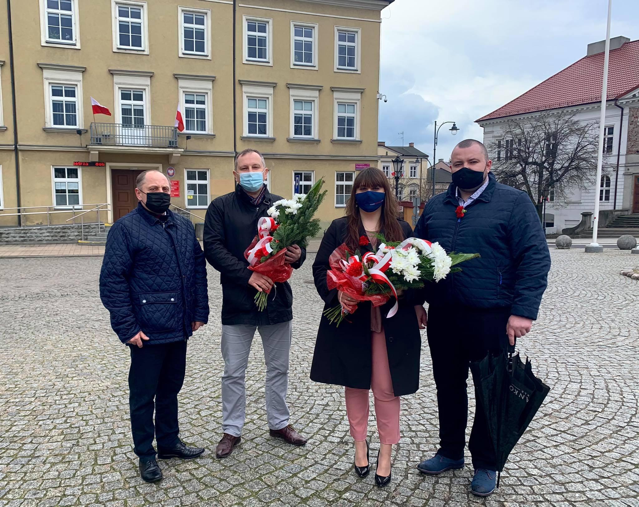 Koalicja Obywatelska rozdawała flagi i składała kwiaty w Kutnie [ZDJĘCIA] - Zdjęcie główne