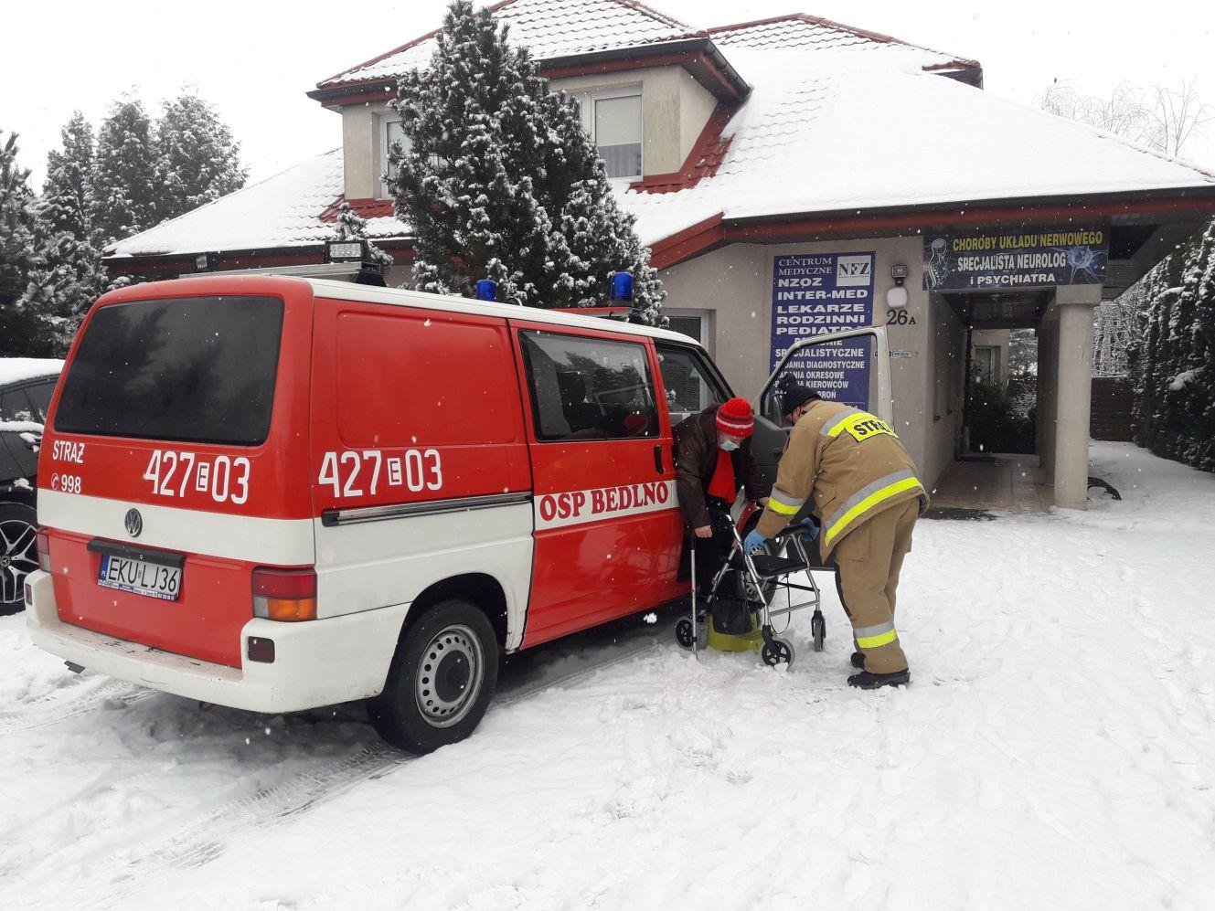[FOTO] Szczepienia przeciwko COVID-19: strażacy z powiatu kutnowskiego pomagają mieszkańcom - Zdjęcie główne