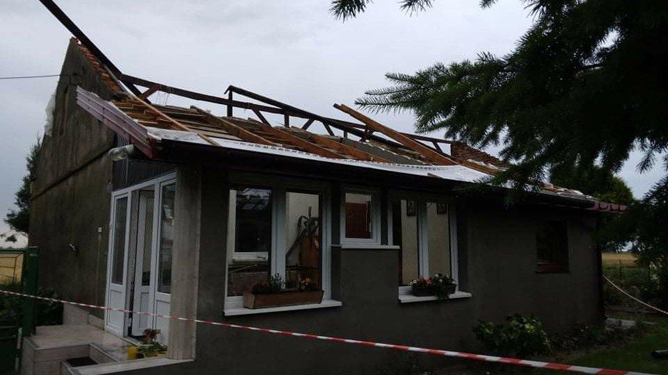 Nawałnica pozbawiła ich dachu nad głową. Trwa zbiórka na odbudowę domu Państwa Kowalskich  - Zdjęcie główne