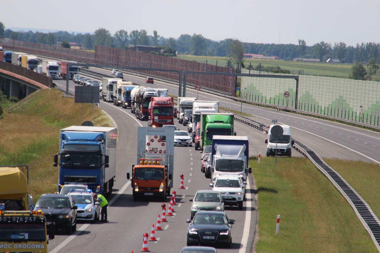 Ciężarówka wypadła z jezdni. Utrudnienia na autostradzie pod Kutnem - Zdjęcie główne