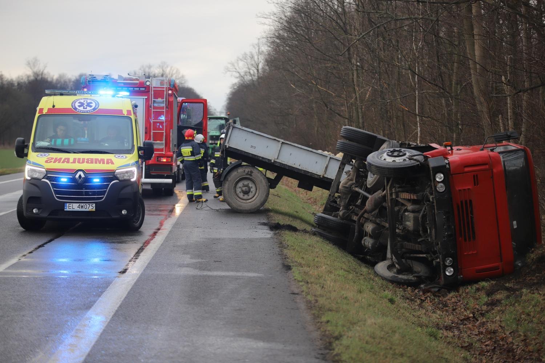 [ZDJĘCIA] Wypadek na drodze krajowej: ciężarówka w rowie, są utrudnienia w ruchu - Zdjęcie główne