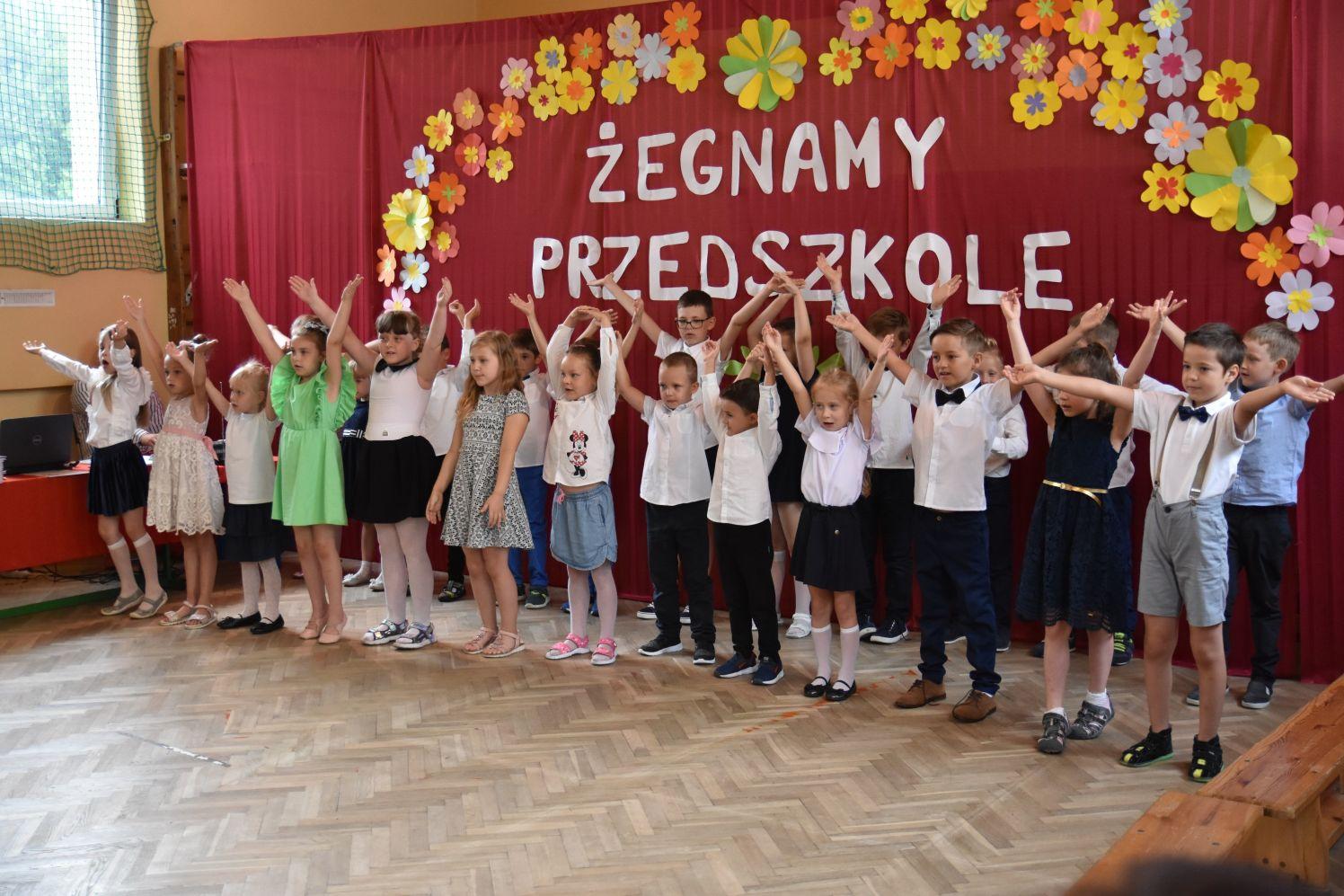 Dzieciaki pożegnały przedszkole i swoich wychowawców [ZDJĘCIA] - Zdjęcie główne