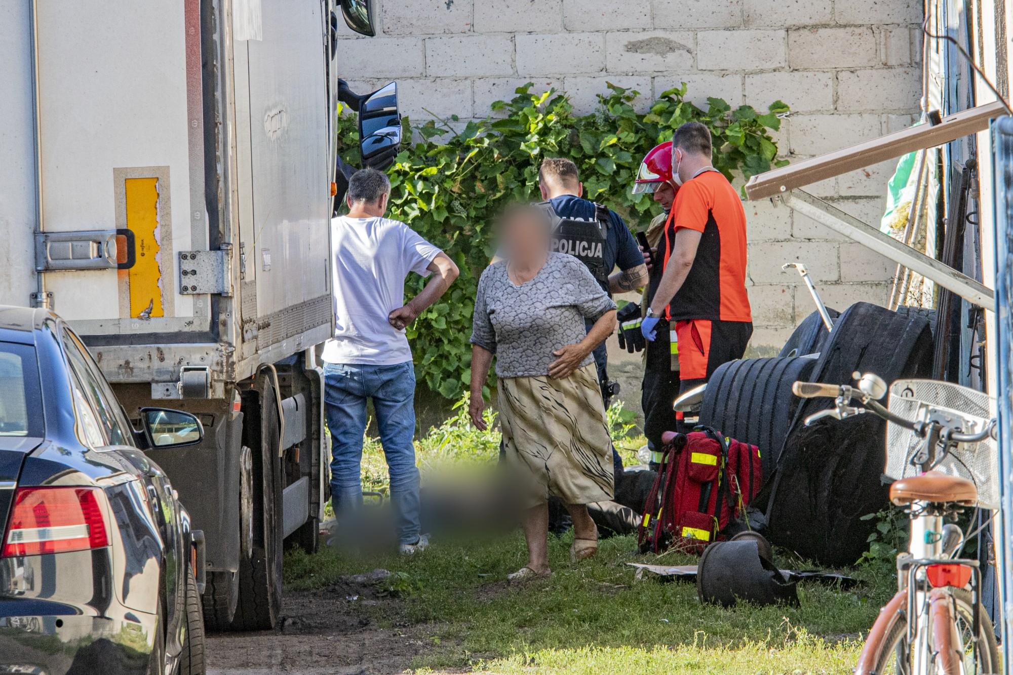 Tragedia pod Kutnem! Mężczyzna śmiertelnie przygnieciony przez ciężarówkę [ZDJĘCIA] - Zdjęcie główne