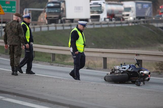 [ZDJĘCIA/AKTUALIZACJA] Tragedia w Kutnie. Nie żyje motocyklista - Zdjęcie główne