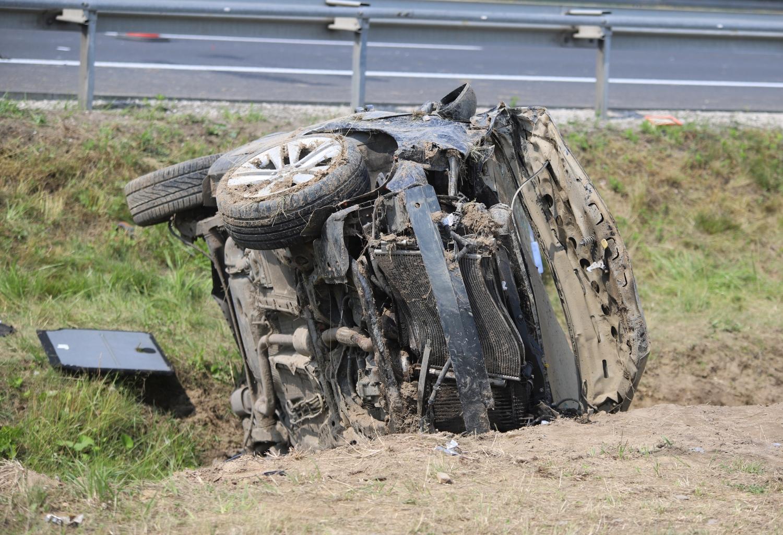 [ZDJĘCIA] Osobówka roztrzaskała się na autostradzie. Są ranni, lądował śmigłowiec LPR - Zdjęcie główne